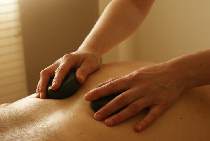 Poznaj 6 korzyści płynących z masażu gorącymi kamieniami